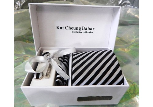 Строката краватка в чорно-білу смужку в подарунковому наборі